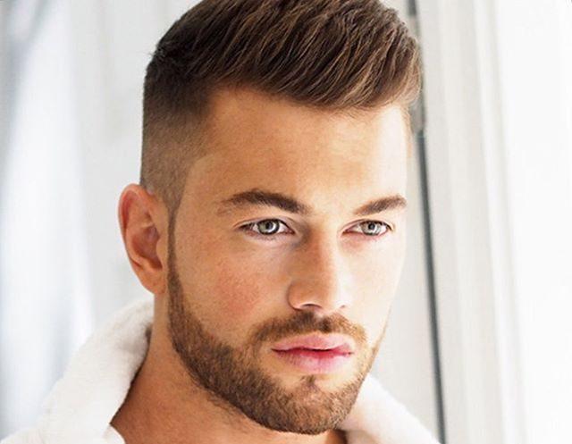 cabelo masculino com luzes no topete