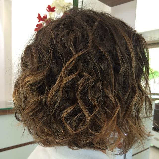 cabelo chanel cacheado