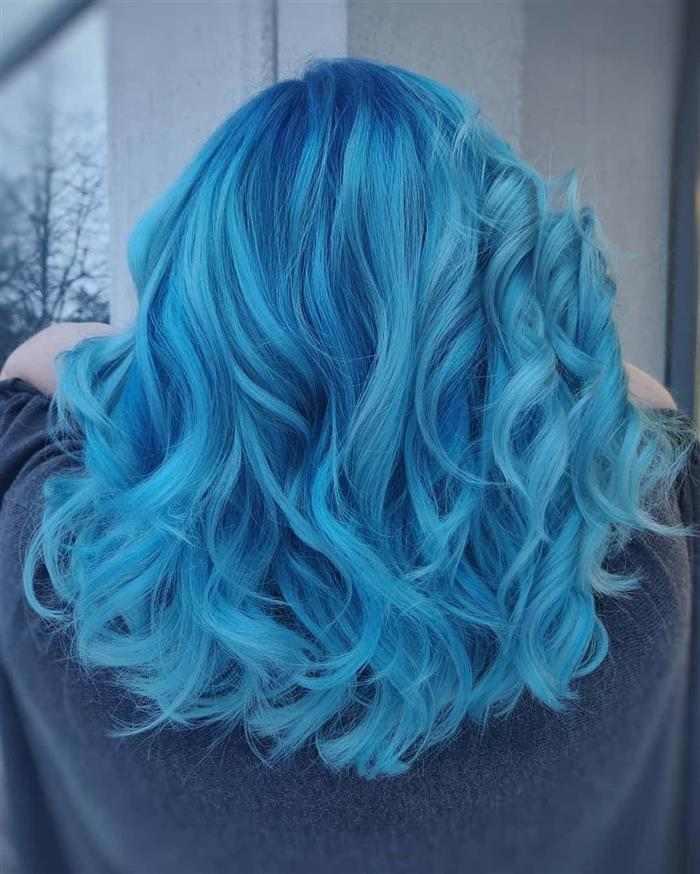 cabelo azul com cachos