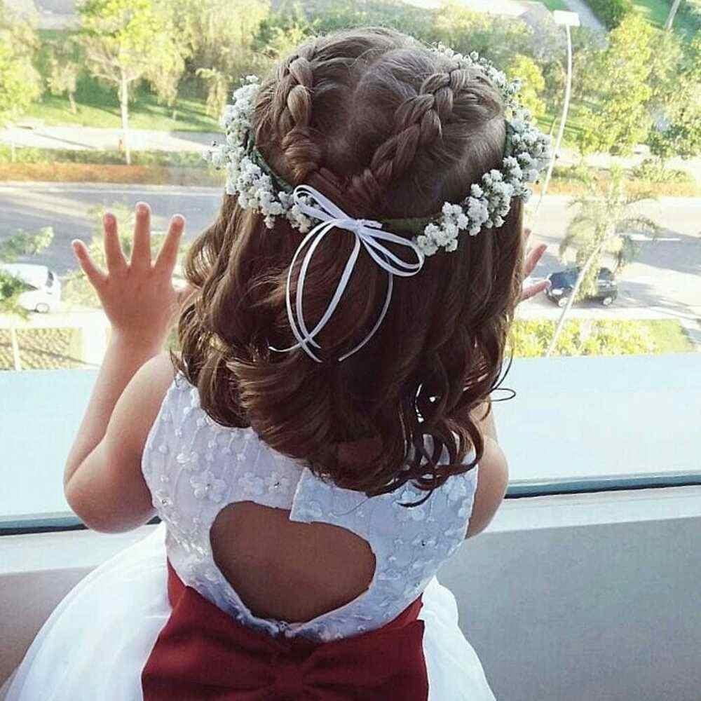 penteado com tiara de flores