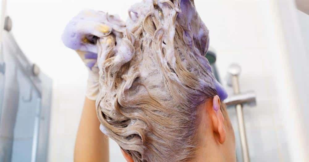como tirar o amarelo do cabelo com matizador