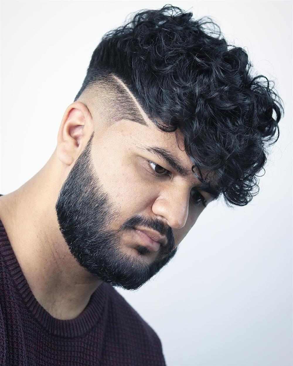 cabelo cacheado com risco