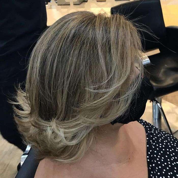 corte de cabelo curto iluminado