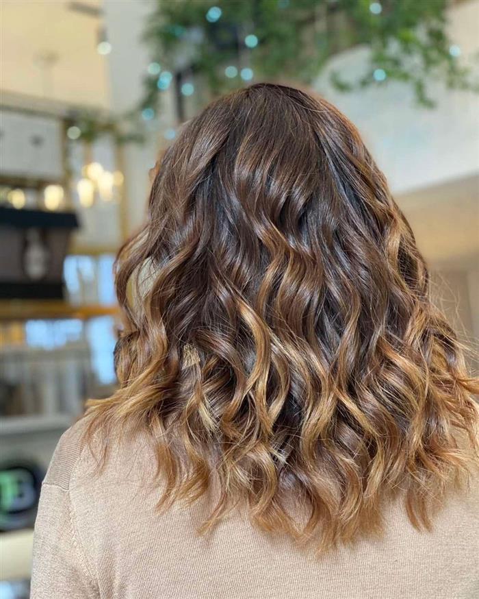 corte de cabelo medio morena iluminada