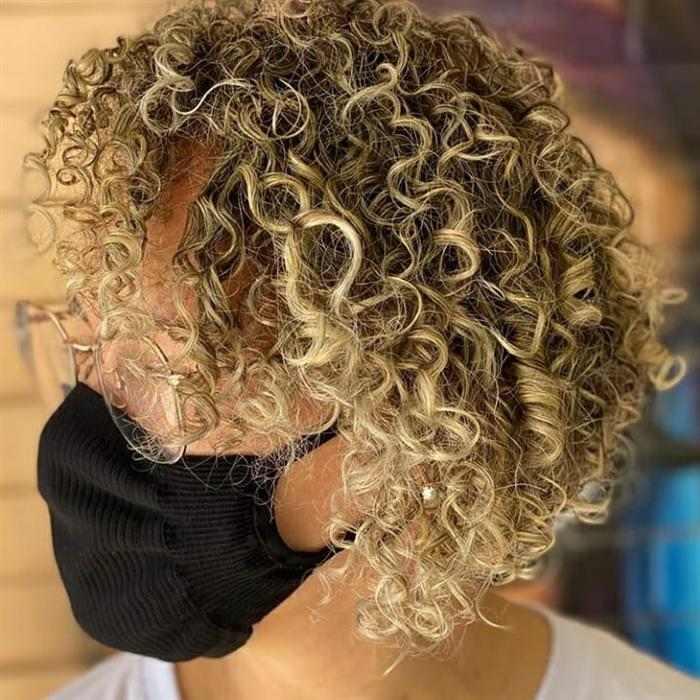 cabelo curtinho com luzes