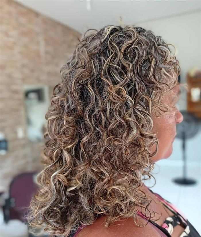 luzes em cabelos cacheados longos
