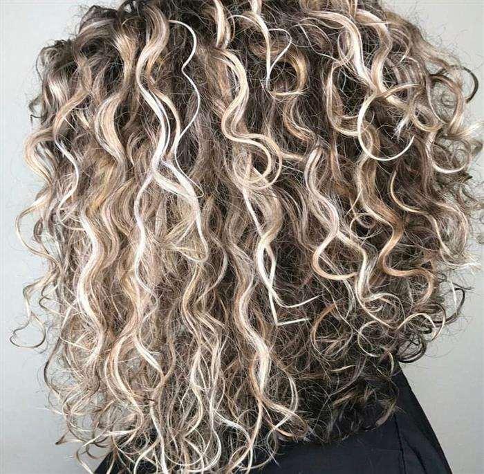 cabelo cacheado com luzes loiras