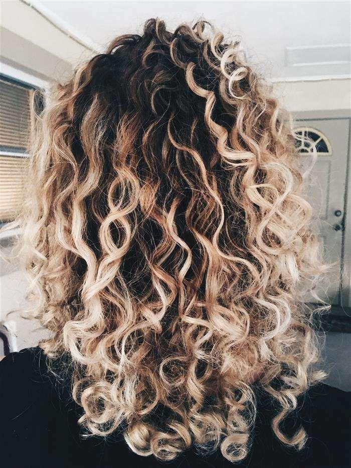 cabelo cacheado com luzes platinada