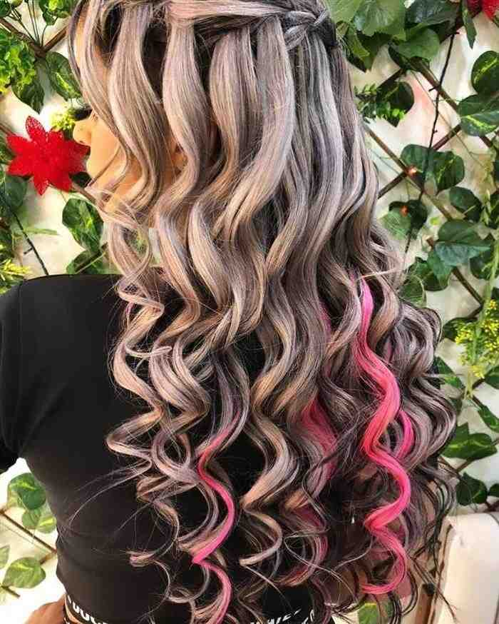 cabelo com mecha rosa embaixo