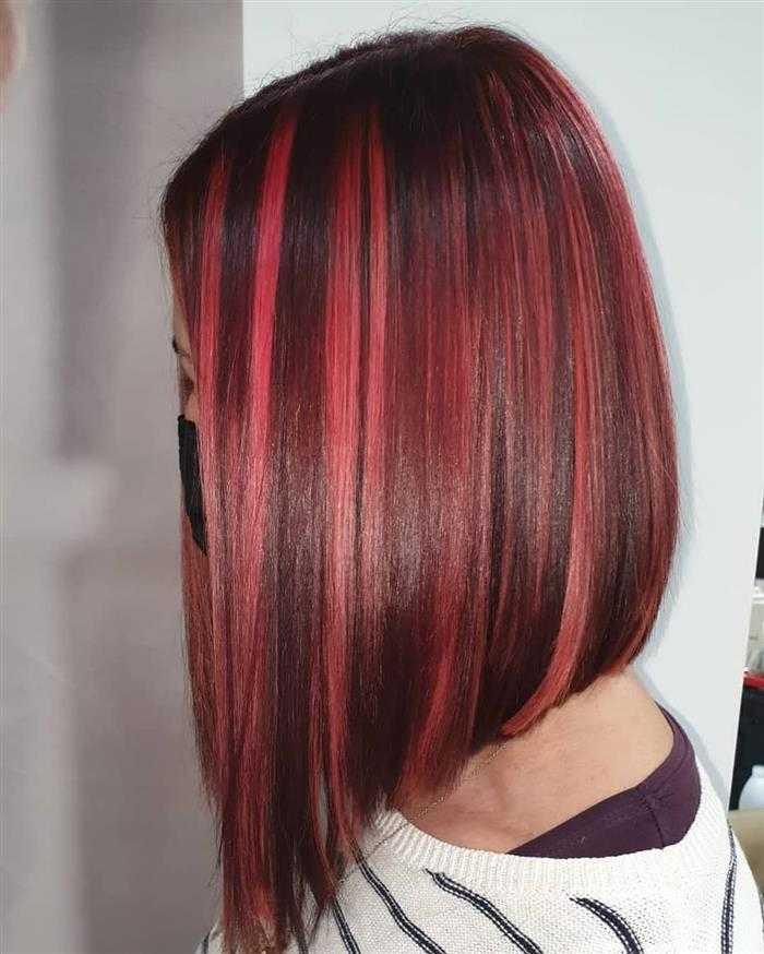 cabelo com mecha vermelha