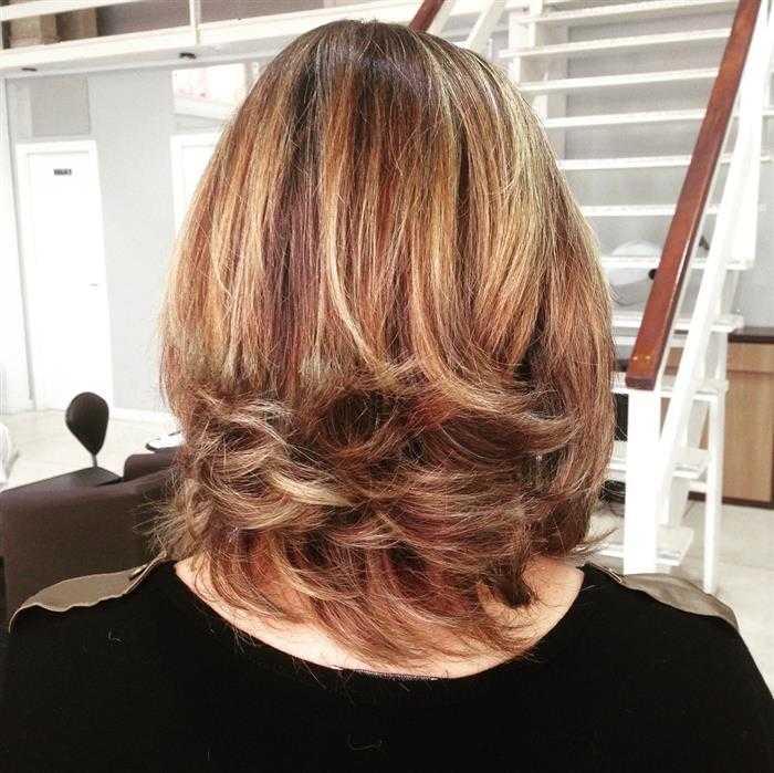 cabelo com mechas cor de mel