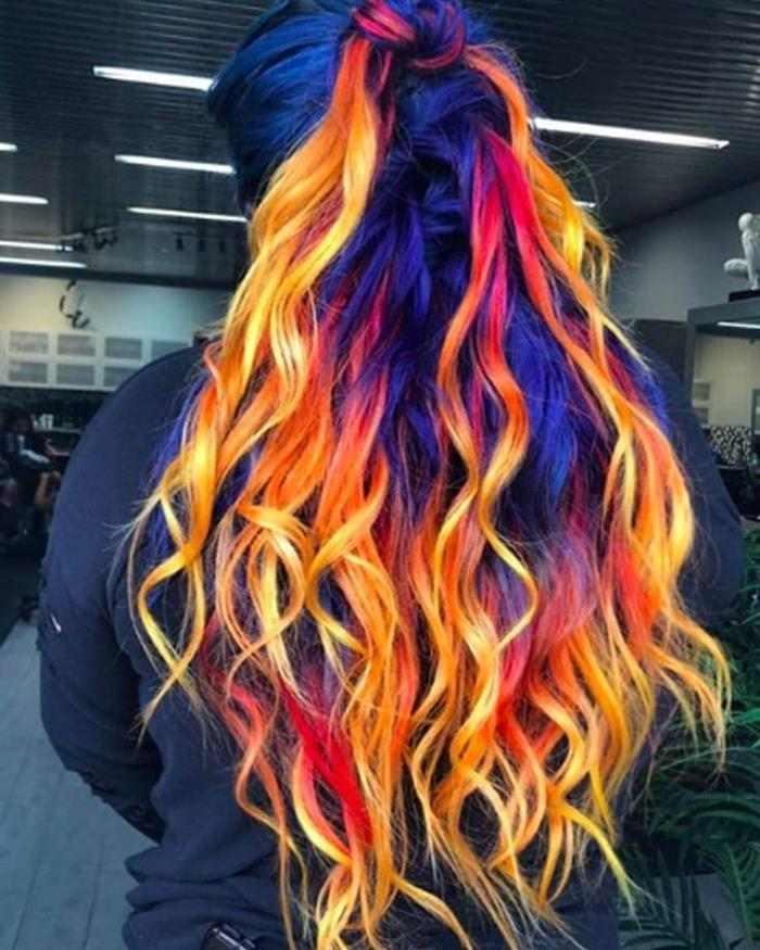 cabelo com mechas de tinta