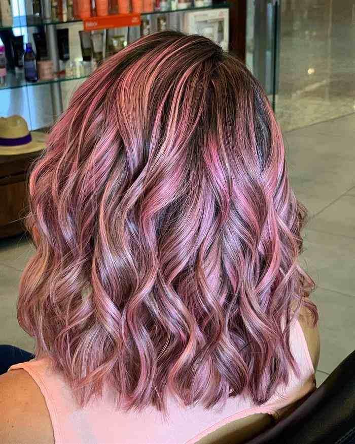 cabelo com mechas descoloridas