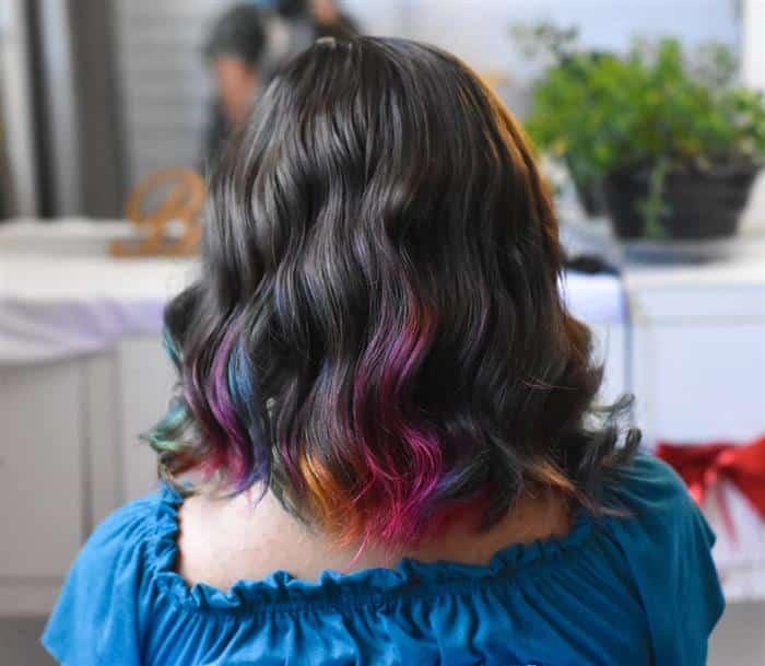 cabelo com mechas roxas nas pontas