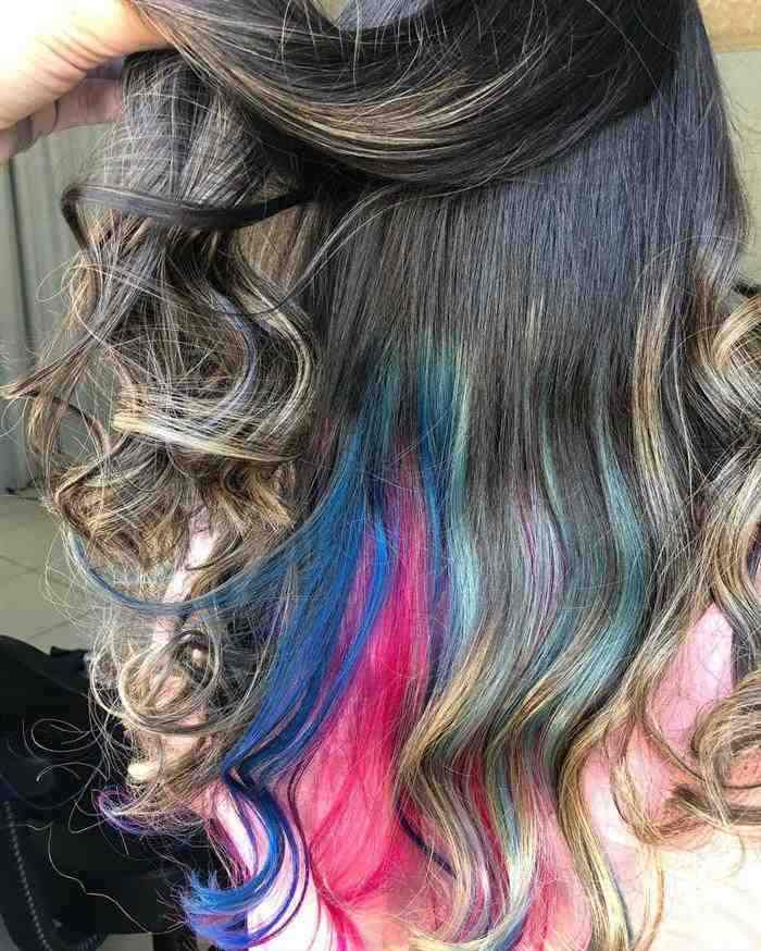 cabelo de mecha colorida